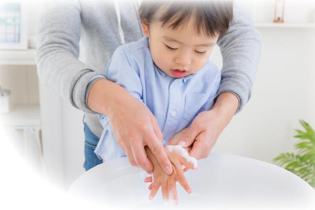 「手洗い練習スタンプ おててポン」を使って手洗いする子ども